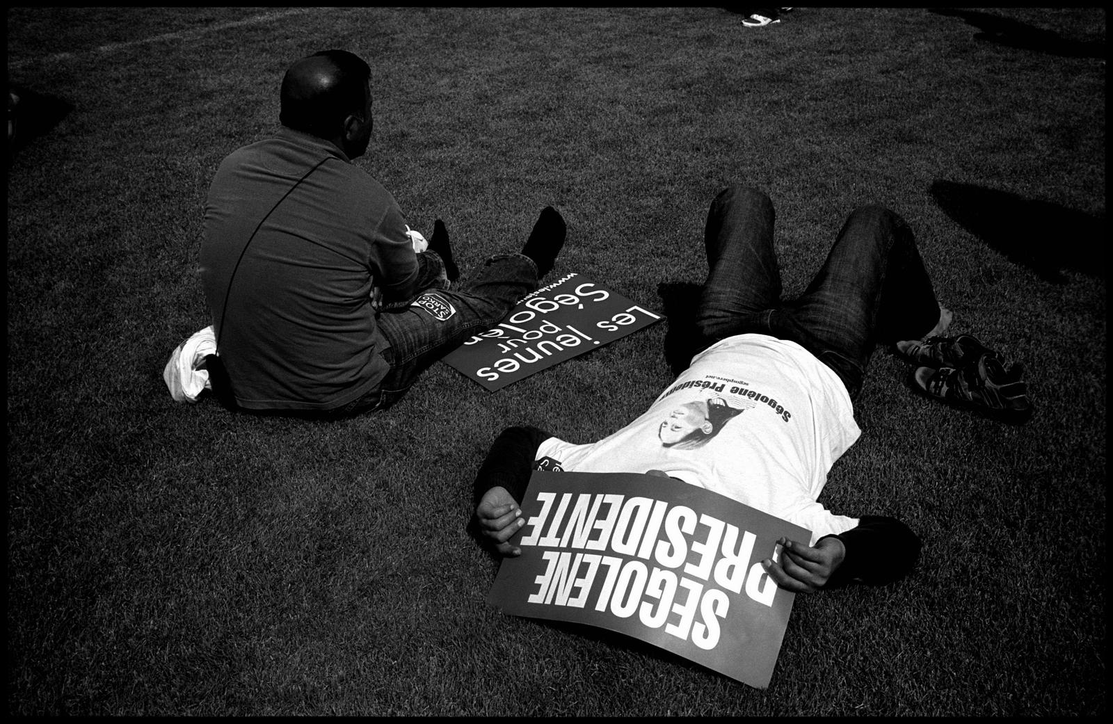 Des supporters de Ségolène Royal au stade charlety le 1er mai 2007 peu avant son discours.