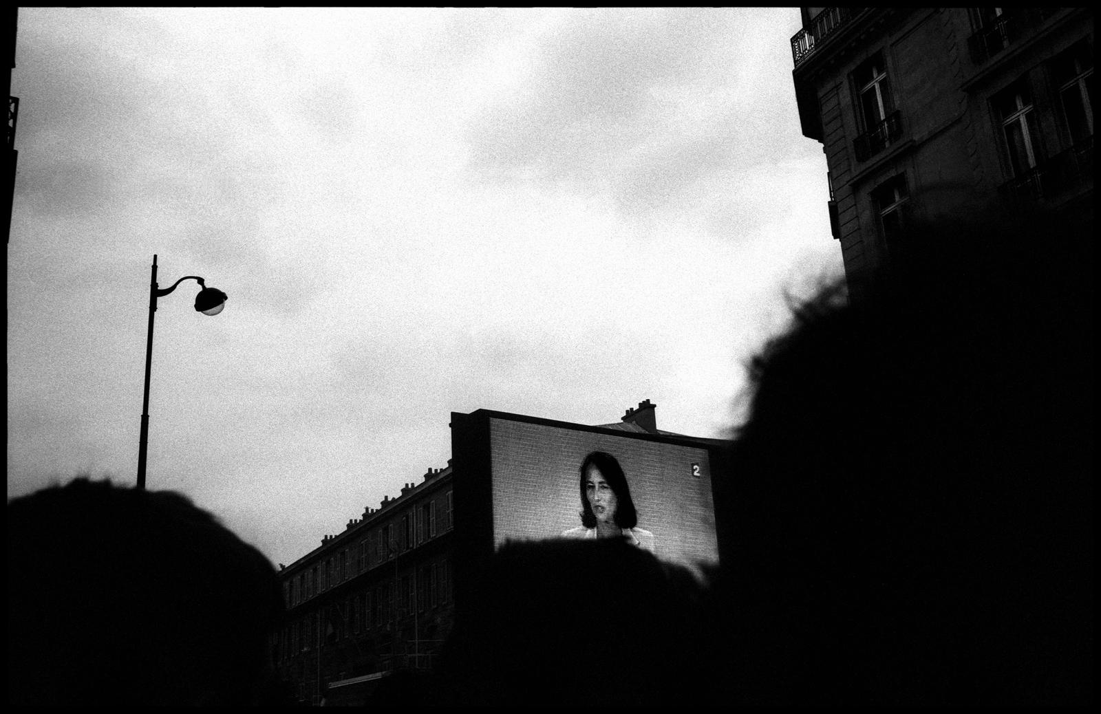 Retransmission rue de solférino du discours de Ségolène Royal peu après 20h le 6 mai 2007. Elle vient de perdre la bataille présidentielle avec 46,94% des voix.