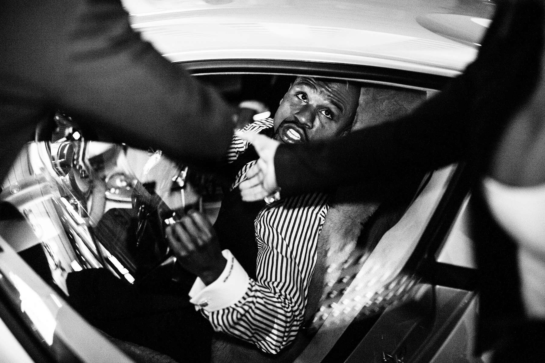 LAS VEGAS, NV - AUGUST 11: Mayweather drops a heavy tip on the valet entrusted with his Bugatti Veyron following a black tie dinner for the Nevada Boxing Hall of Fame. (Photo by Benjamin Lowy/Reportage by Getty Images)