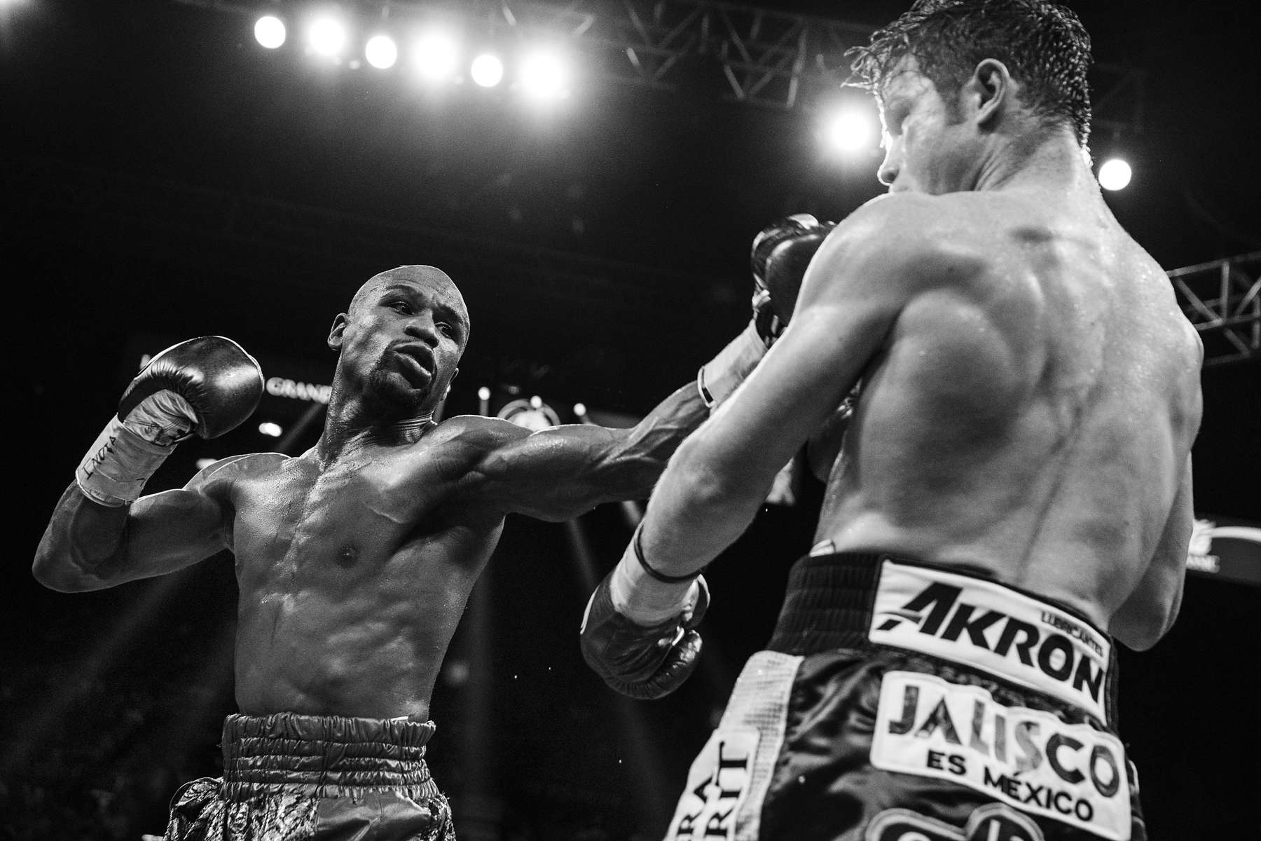 LAS VEGAS, NV - SEPTEMBER 14: Mayweather lands a hard left jab to the head of Alvarez during his dominating performance. (Photo by Benjamin Lowy/Reportage by Getty Images)