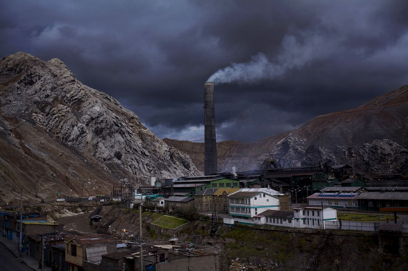 The chimney at the Doe Run-Peru metallurgical plant emits toxic gasses 24 hours a day that severely damage the health of people living next to the plant.  According to the company, the chimney is so large that there is currently no technology available that can measure emissions in real time.