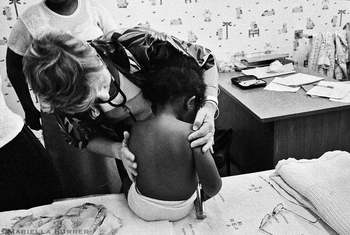 Professor Lorna Jacklin, a neuro-developmental paediatrician and director of the Teddy Bear Clinic for Abused Children, begins a medical check up on a sexually abused 2 and ½ year-old girl. Asked to lie down for the medical check up, the toddler lay back and spread her legs as she had been trained to do by the perpetrator. PLACE: JohannesburgDATE: November 2002