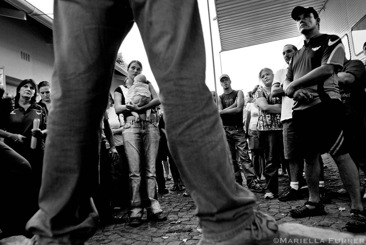 Volunteers from all over Pretoria are debriefed before beginning to search for Sheldean Human.PLACE: PretoriaDATE: February 2007