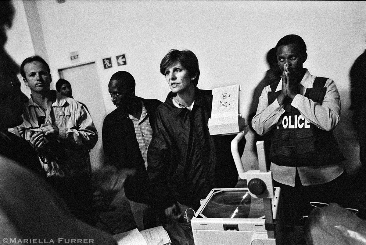 Police officers are debriefed before a night raid on a building in Hillbrow where numerous cases of child sexual abuse have been reported. PLACE: Johannesburg DATE: December 2002