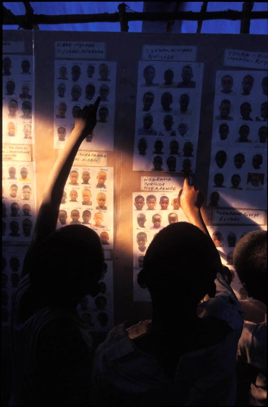 Children search for their loved ones lost during their flight across the border from Rwanda to Zaire at ICRC. Goma, Zaire, 1994
