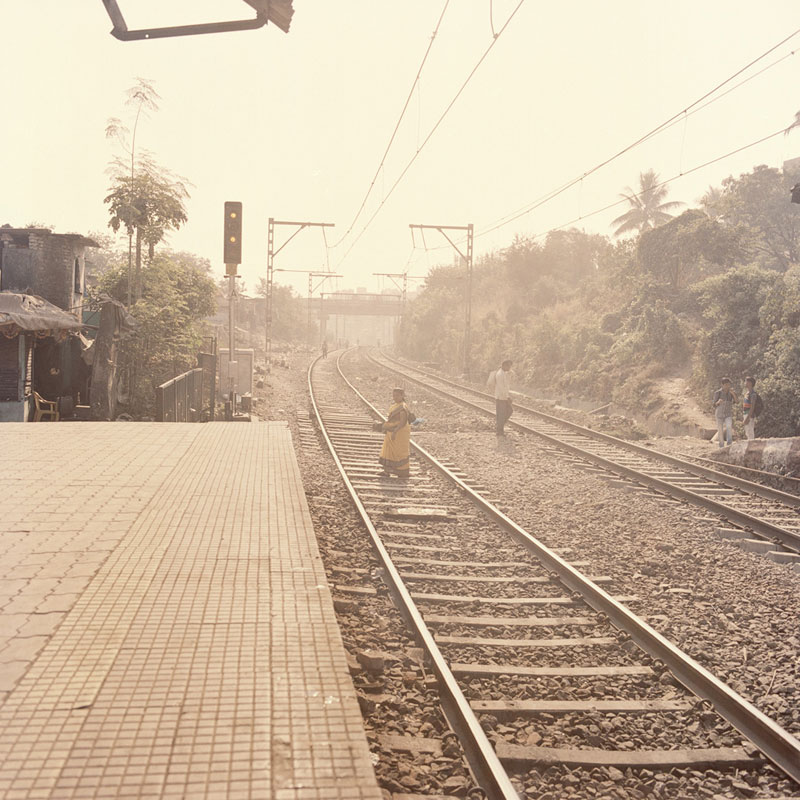 A woman crosses the railway of Ulhasnagar station. This train station is the place where all the surrogate mothers leave from, to reach the city and their job as surrogates. Ulhasnagar, January 2013.