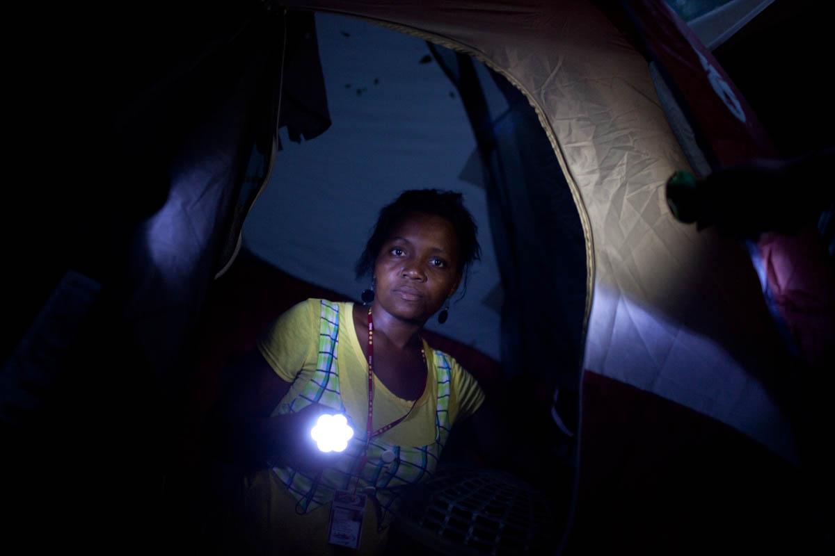Haiti_Solar_flashlight_03