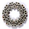 Elementos como este círculo se pueden integrar en la arquitectura sirviendo de entradas de luz.La ceramista elabora diferentes tamaños y diseños a pedido.