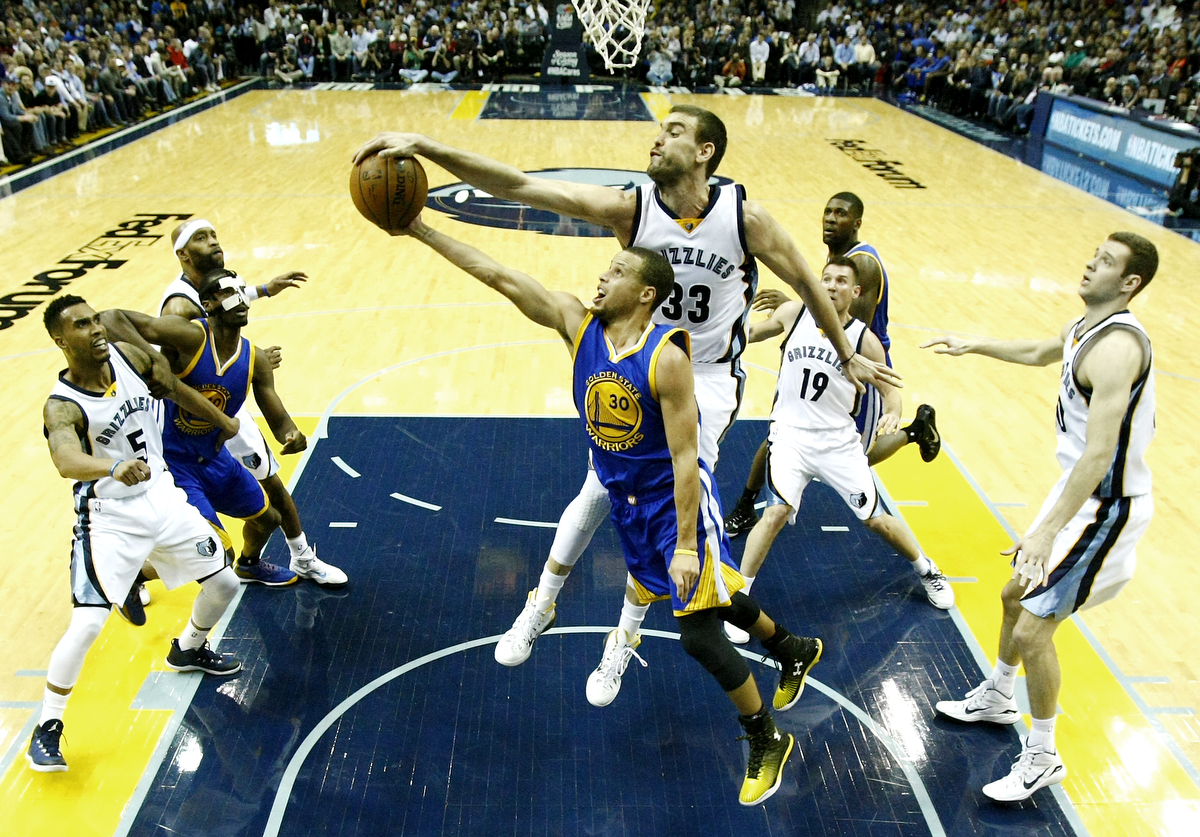 Memphis Grizzlies center Marc Gasol, of Spain, (33) blocks a shot by Golden State Warriors guard Stephen Curry (30) at FedExForum in Memphis, Tennessee, USA, 16 December 2014. (Mike Brown/EFE)