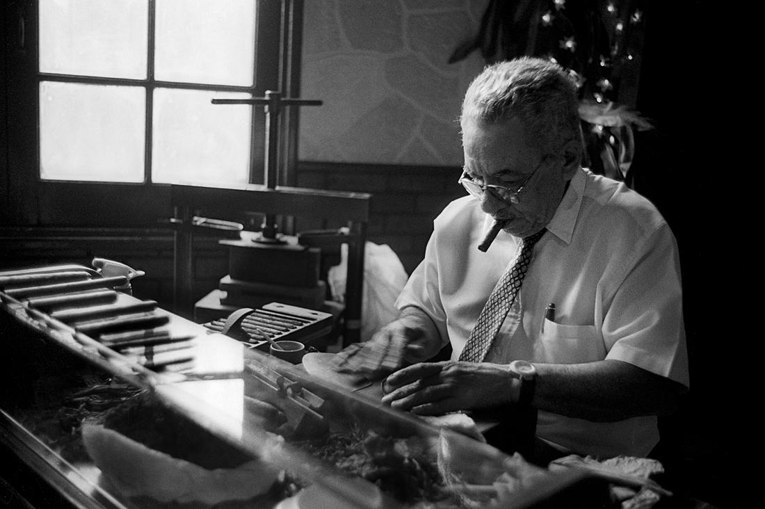 Cigar-maker---La-Casa-del-Ron-y-del-Tabaco-Cubano