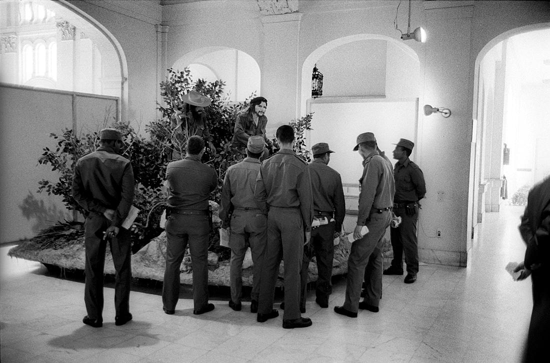 Soldiers-with-Che-Guevara-and-Camilo-Cienfuegos-wax-models