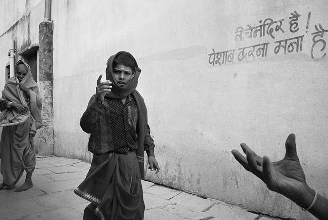 Boy_and_hand_Varanasi_8
