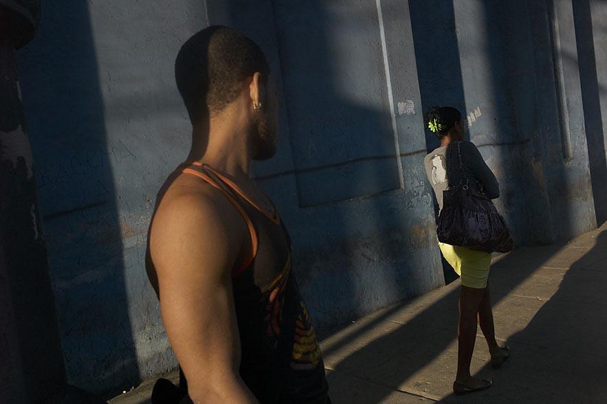 Habana_man_looking_at_a_passing_girl_for_web