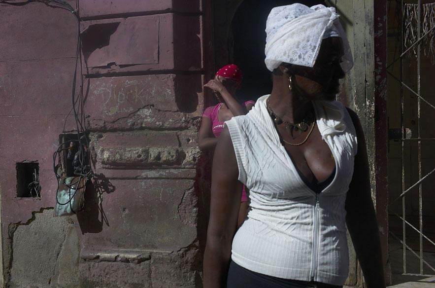 Habana_woman_in_white_with_woman_in_pink_behind_for_web