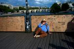 L1002411-hombre-en-azul-sentado-en-el-Pond-des-Arts
