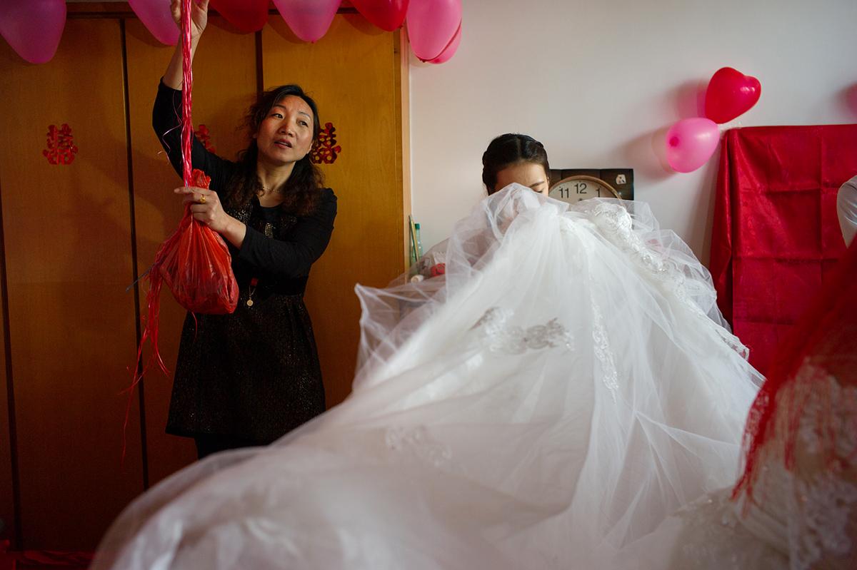 L1351605-vestido-novia-y-globos-1200