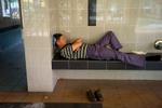 L1354760-hombre-durmiendo-com-panuelo-1200