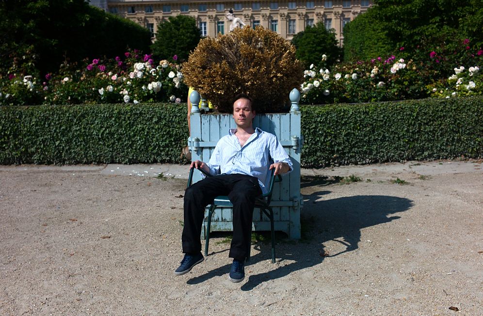 L9999770-Paris-man-seating-in-Palais-Royal