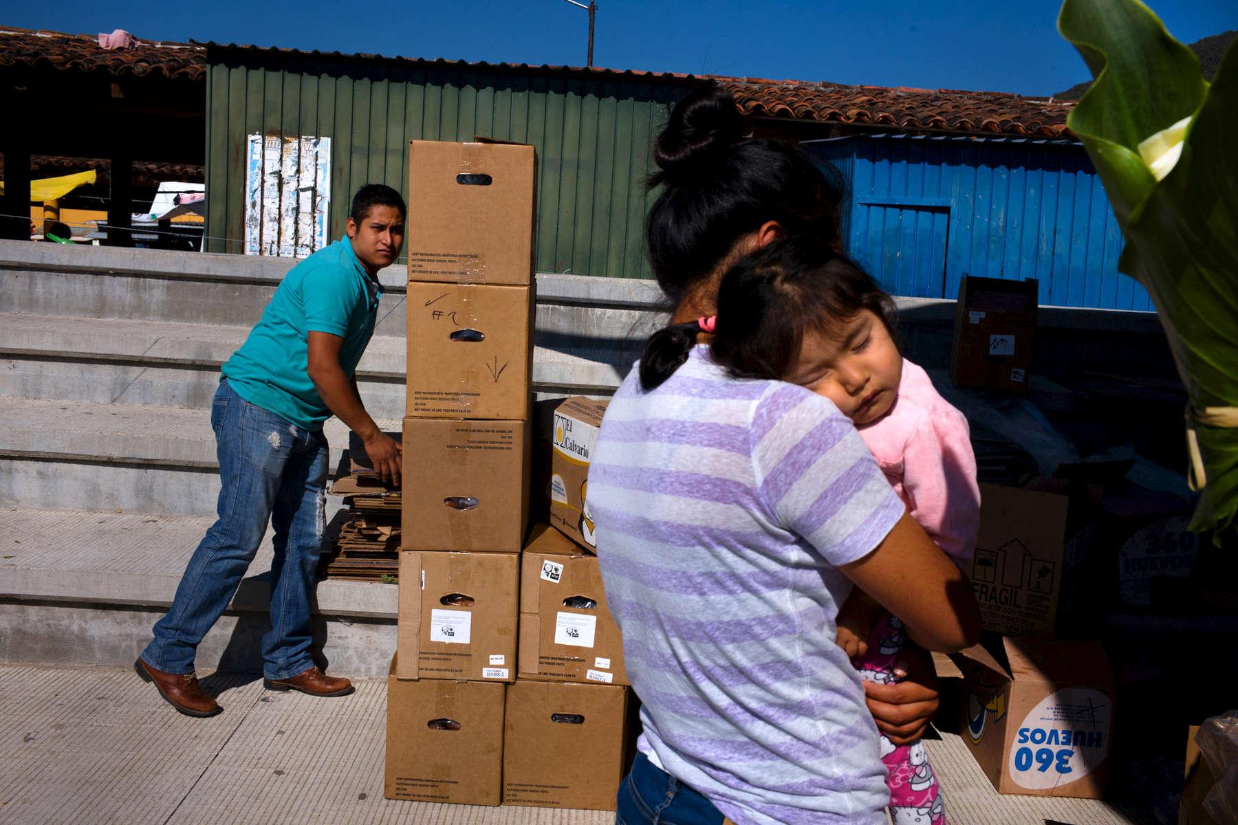 Mexico-cajas-y-bebe-M1003806