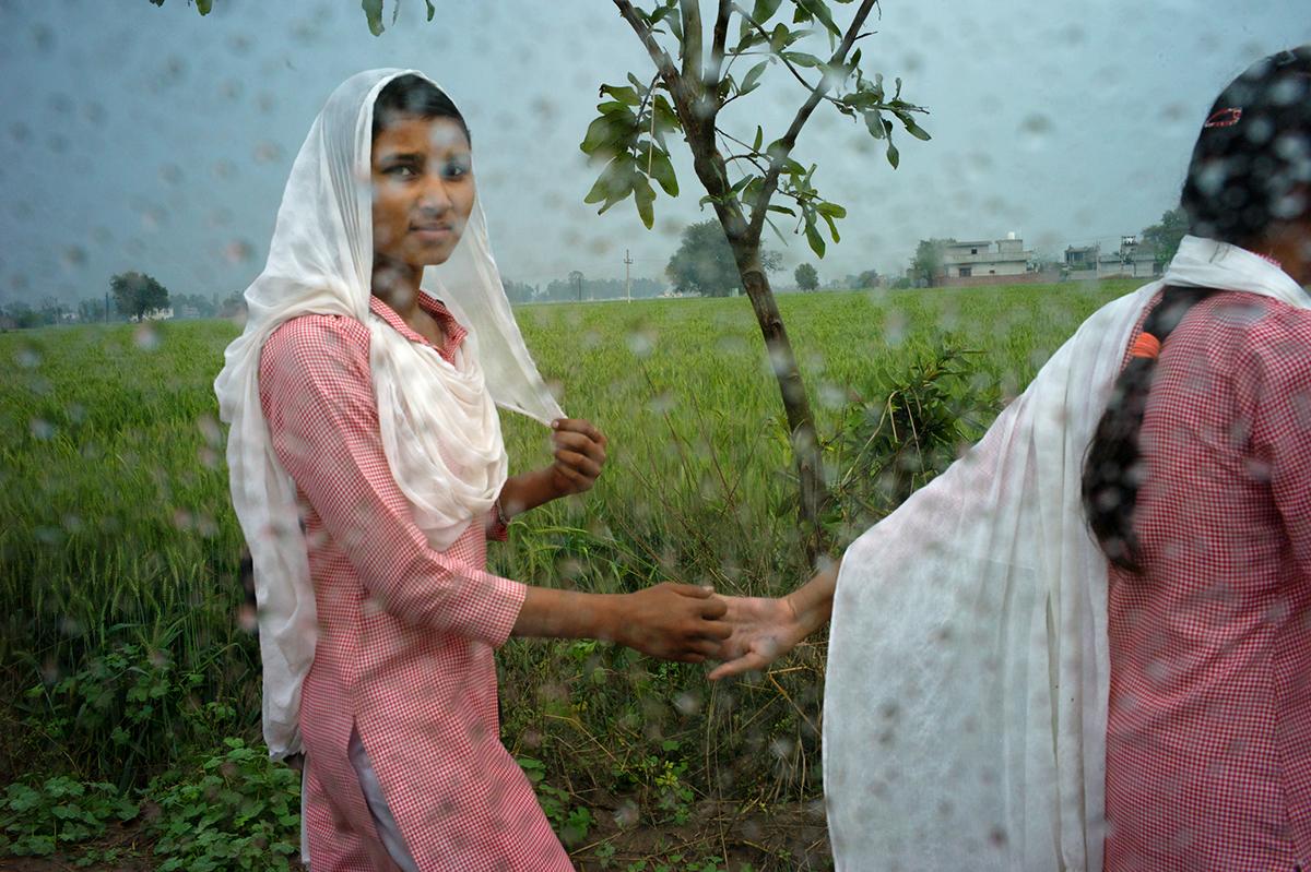 Punjab-L1366018-nina-ventana-dando-mano-1200