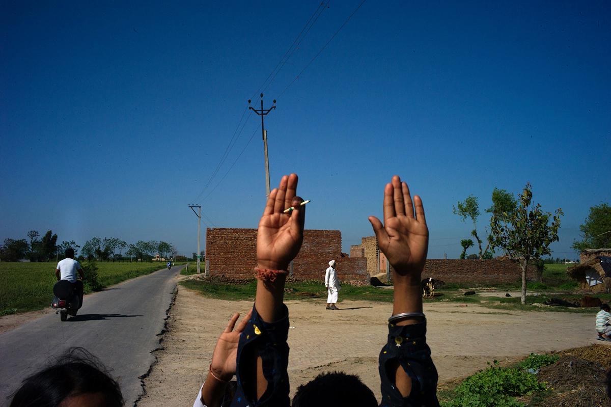 Punjab-L1369712-dos-manos-arriba-1200