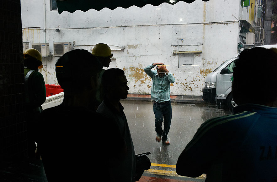 Singapore_Little_India_man_running_from_the_rain_save8