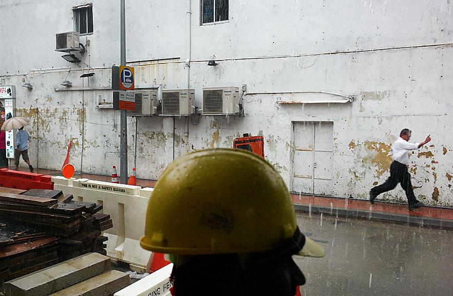 Singapore_Little_India_man_running_under_the_rain_save_8