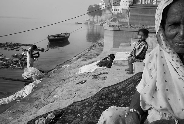 Varanasi_old_lady_and_girl_8