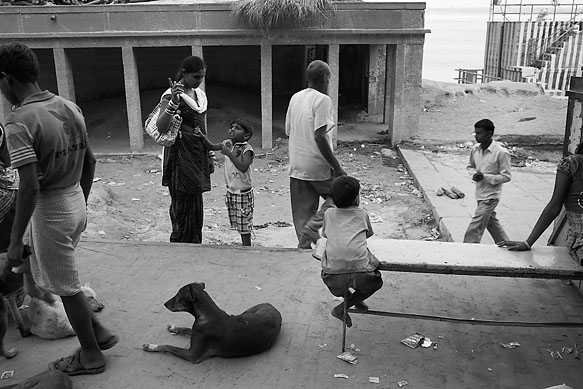 Varanasi_people_and_dog_8