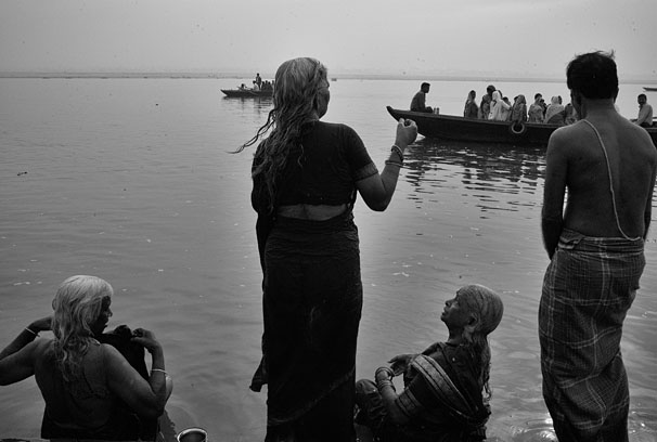 old_woman_looking_as_the_gange_web_8s