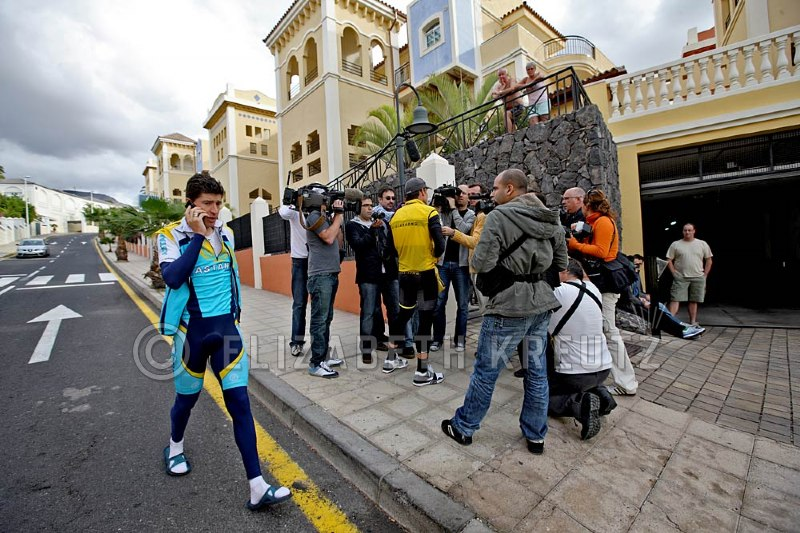 Lance gets mobbed by reporters outside the hotel, while Chechu enjoys an uninterupted, less hectic walk to the garage.