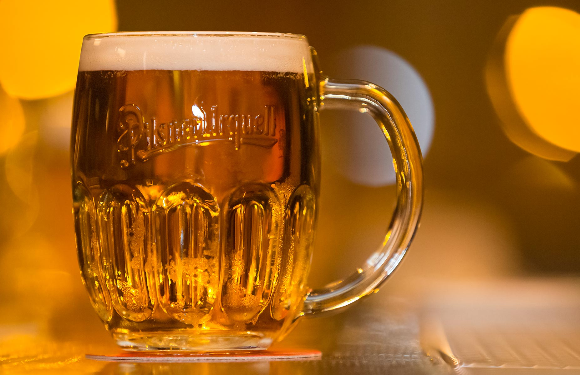 Pilsner Urquell_140_mug on bar