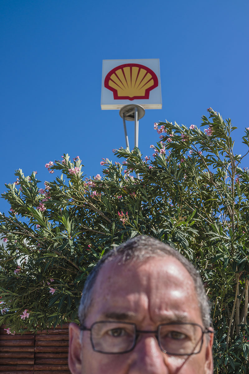 Selfie in front of Shell sign
