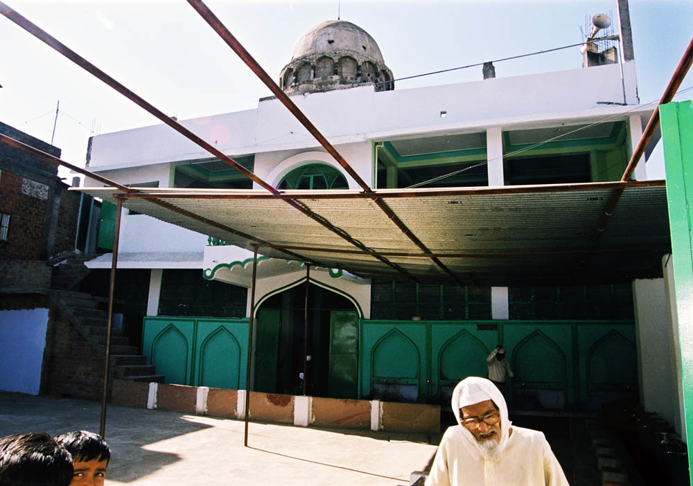 Mosque in Jai Prakash Nagar, one of the heavily affected slums in 1984. The bustee has been rebuilt little by little since then. Both Hindu and Muslim groups live together very peacefully.