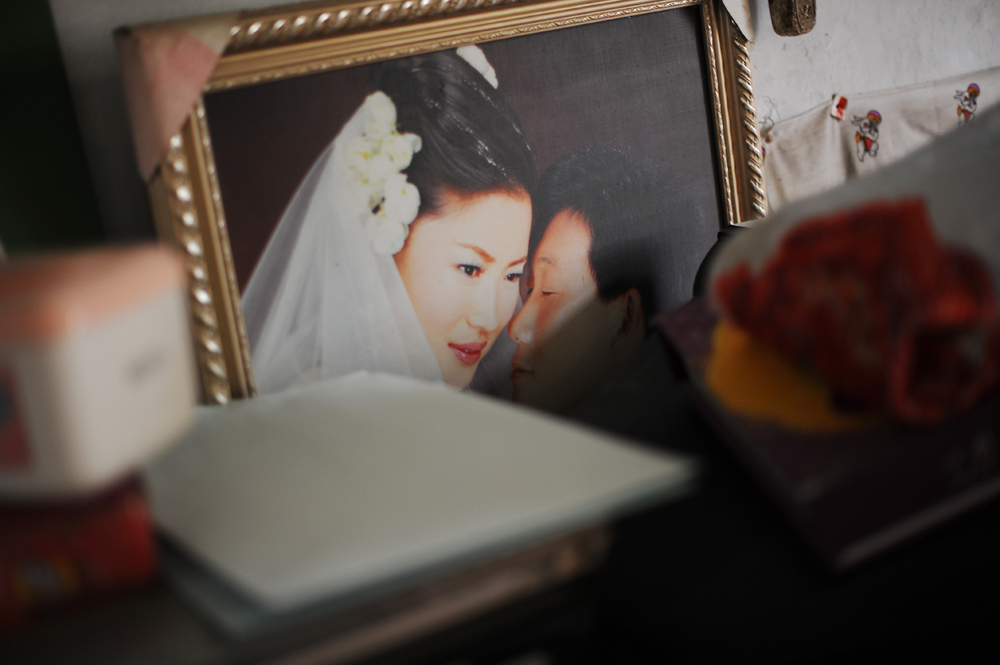 Li Chua-hua and Wu Yan's wedding portrait picture in their bedroom.