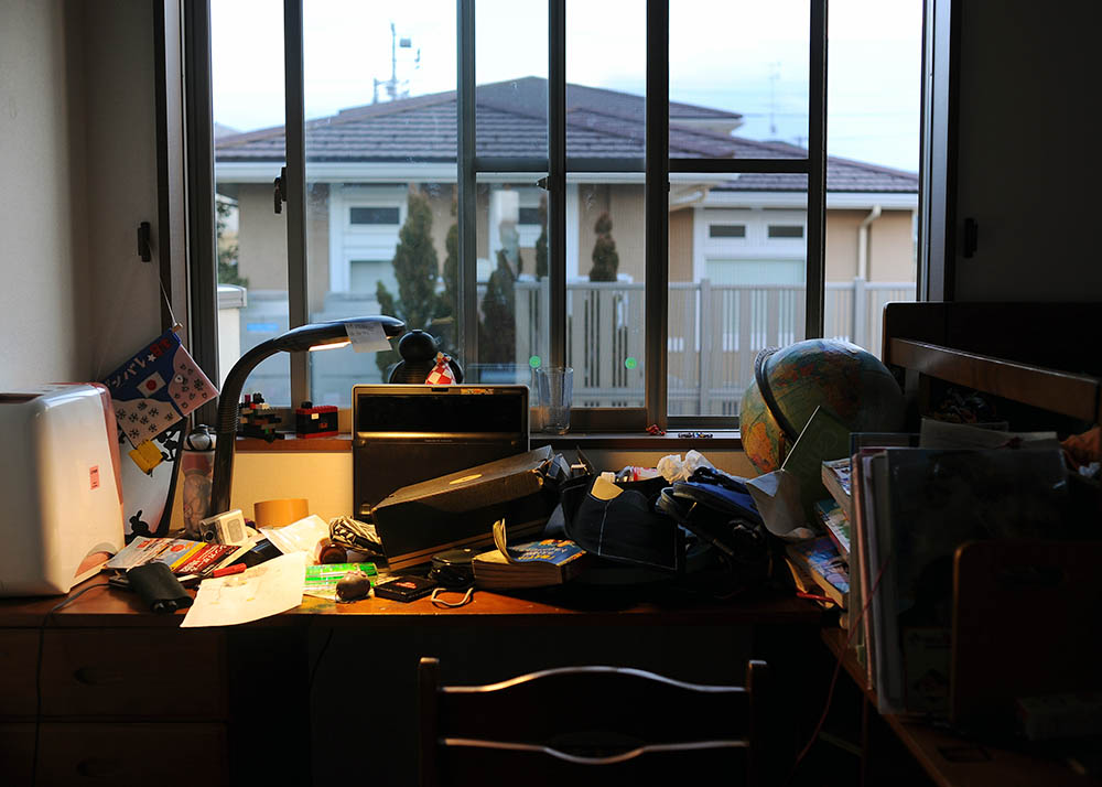 Rukiya Hara (13)'s disorganized desk in their new home in the suburb of Kawasaki, Kanagawa prefecture. He has to take a high school entrance exam next year. Takaki Hara is a little upset about the situation on his son's desk and life. February 3, 2013.
