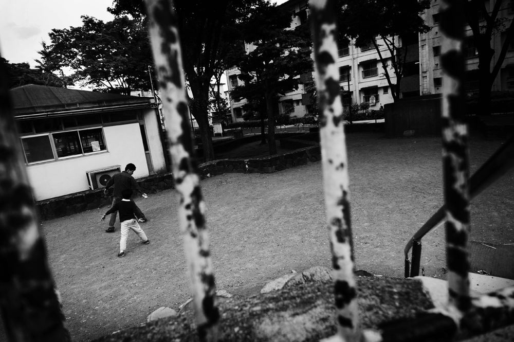 A father teaches a baseball pitching form to his son at the Hanahata Danchi's Westside Playground. They are not residents of the Hanahata Danchi, just stopping by the park to play from nearby neighborhood.                                                        2009/05/16