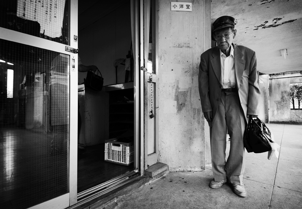 Shouji Watanabe, 81, member of the Hanahata Danchi Go club, former taxi driver, prepares to leave after weekly Go session at the Hanahata Danchi's Westside Community Center.                                                         2009/07/19