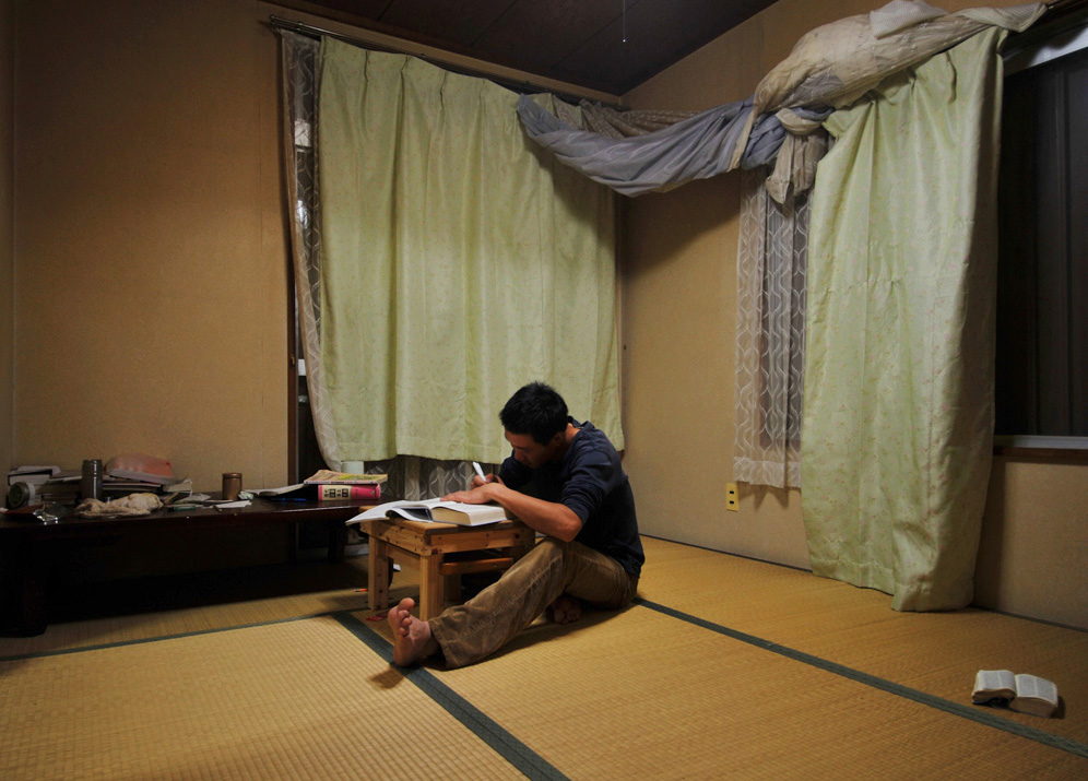 Li Chuan-hua ,27, studies with intensity in his room for the Japanese Language Proficiency Test for Level 2 which takes place on December 6th, 2009. He studies Japanese for about 2 hours every night.