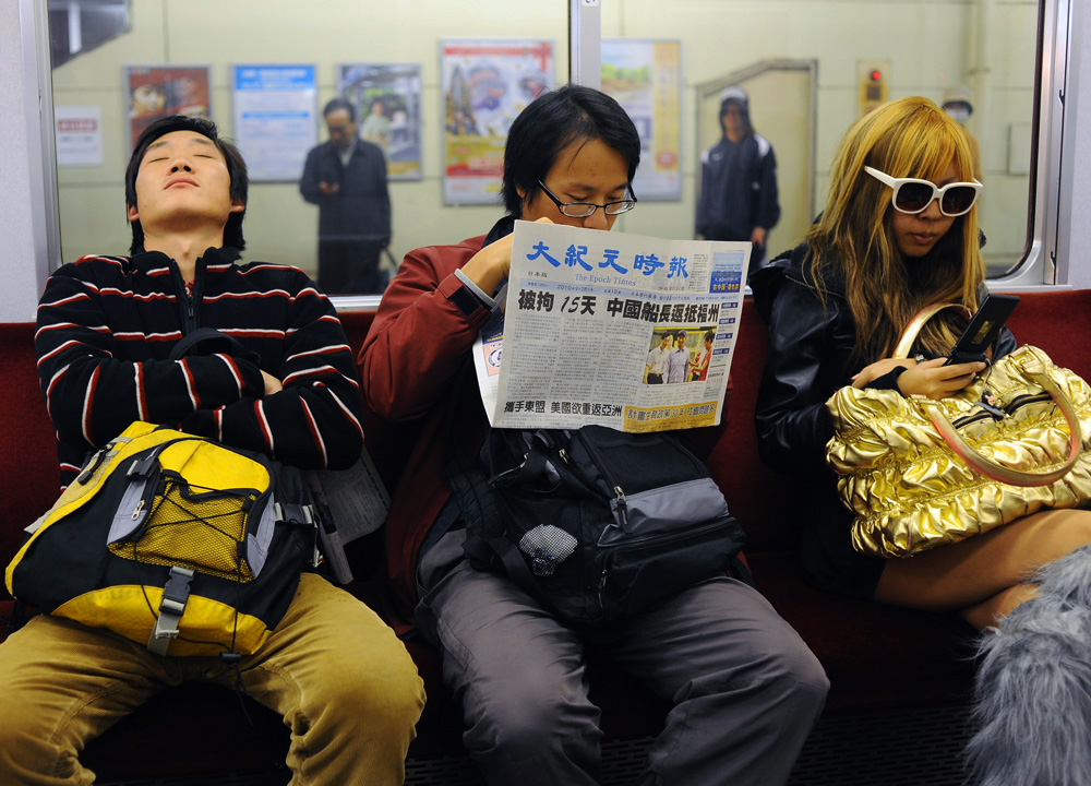 Li Chuan-hua is drowned in slumber after a tiring day of the Japanese Language Proficiency Test in train on his way back home while Su Li-li reads Chinese newspaper which is  distributed for free at Mie University where the test  takes place. Su Li-li decides to accompany him in part to see his Chinese friend at Mie University.