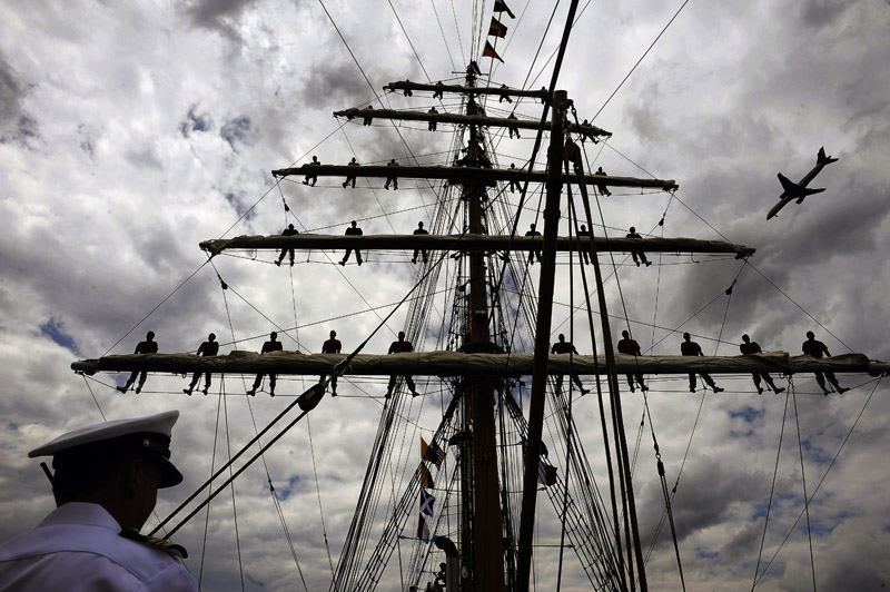 Cadets stand aloft as the ARC Gloria of the Columbian Navy arrives to dock in Alexandria, VA on Tuesday May 24, 2011.  The tall ship is used as a training vessel.  (Photo by Matt McClain/For The Washington Post)