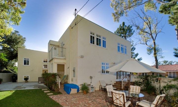 Wonderful open and bright updated contemporary, situated in the famed {quote}celebrity row{quote} of Oak Pass