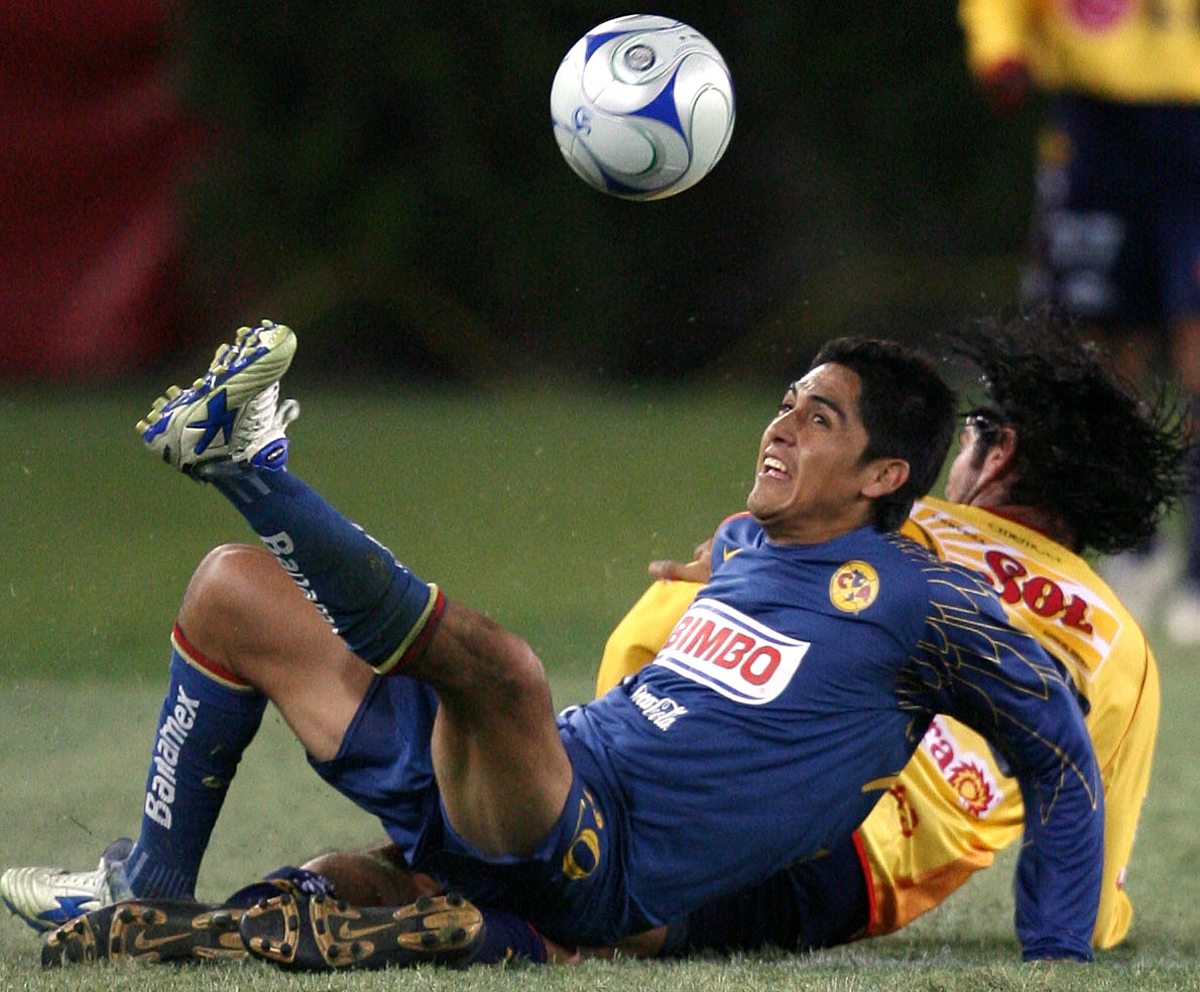 Americas' Alejandro Arguello (20) gains control of the ball against Morelia's Horacio Cervantes (25) during the second half at Robertson Stadium on Thursday Jan. 3, 2008, in Houston.