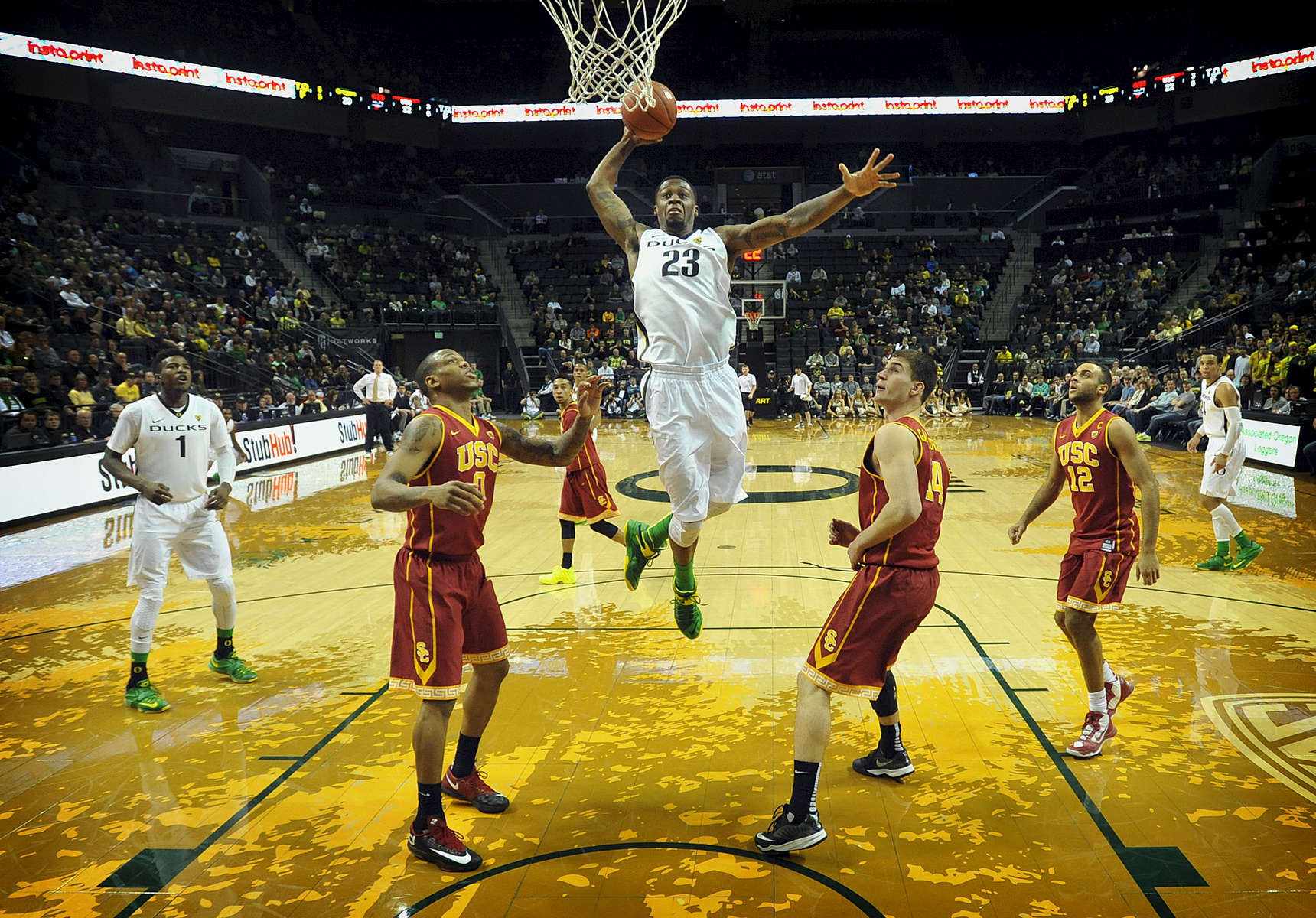 Oregon's Elgin Cook soars past USC defenders for a dunk  during the first half of the Pac-12 matchup at Matthew Knight Arena in Eugene on Thursday January 22, 2015. (Andy Nelson/The Register-Guard)