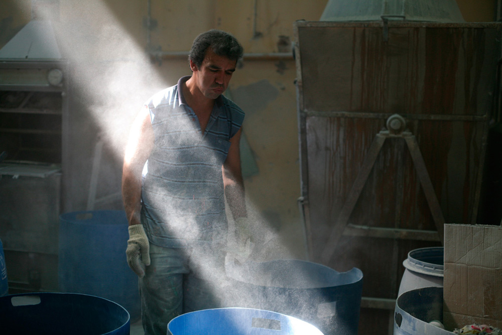 The air in La Nueva Esperanza is thick with talc powder. When inhaled, talc causes lung damage. Despite health risks, many workers do not comply with safety standards as they find the masks cumbersome to work with. According to workers, the previous owner did not require or supply all of the appropriate safety equipment