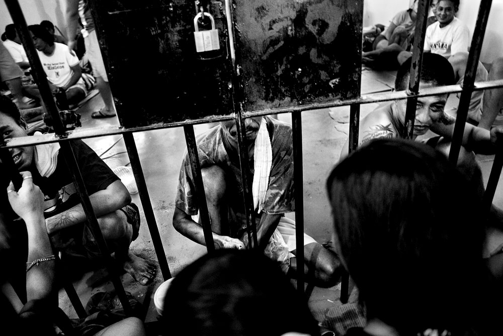 MANILA, PHILIPPINES - JAN 28:  Visiting prisoners in the jail at Pasig City Police Headquarters Jan 28, 2010.