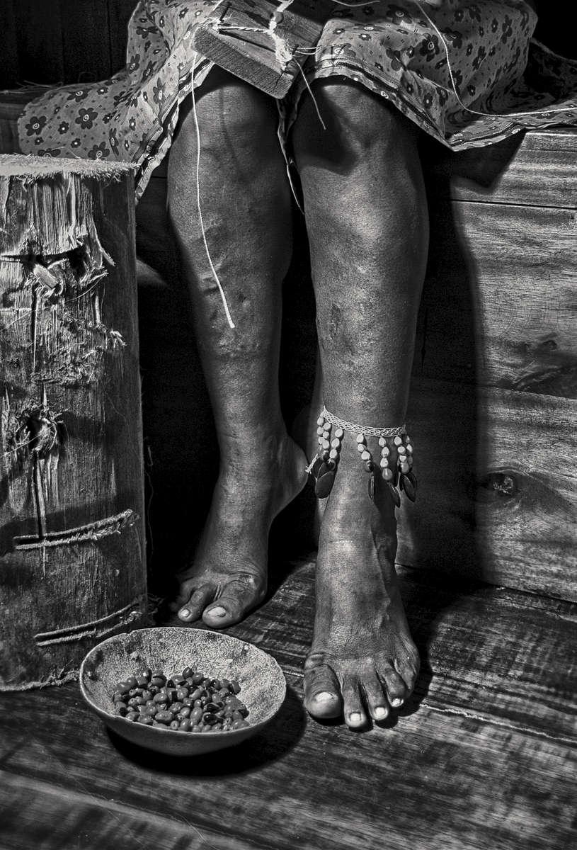 Piernas-mujer-indigena-retro-2