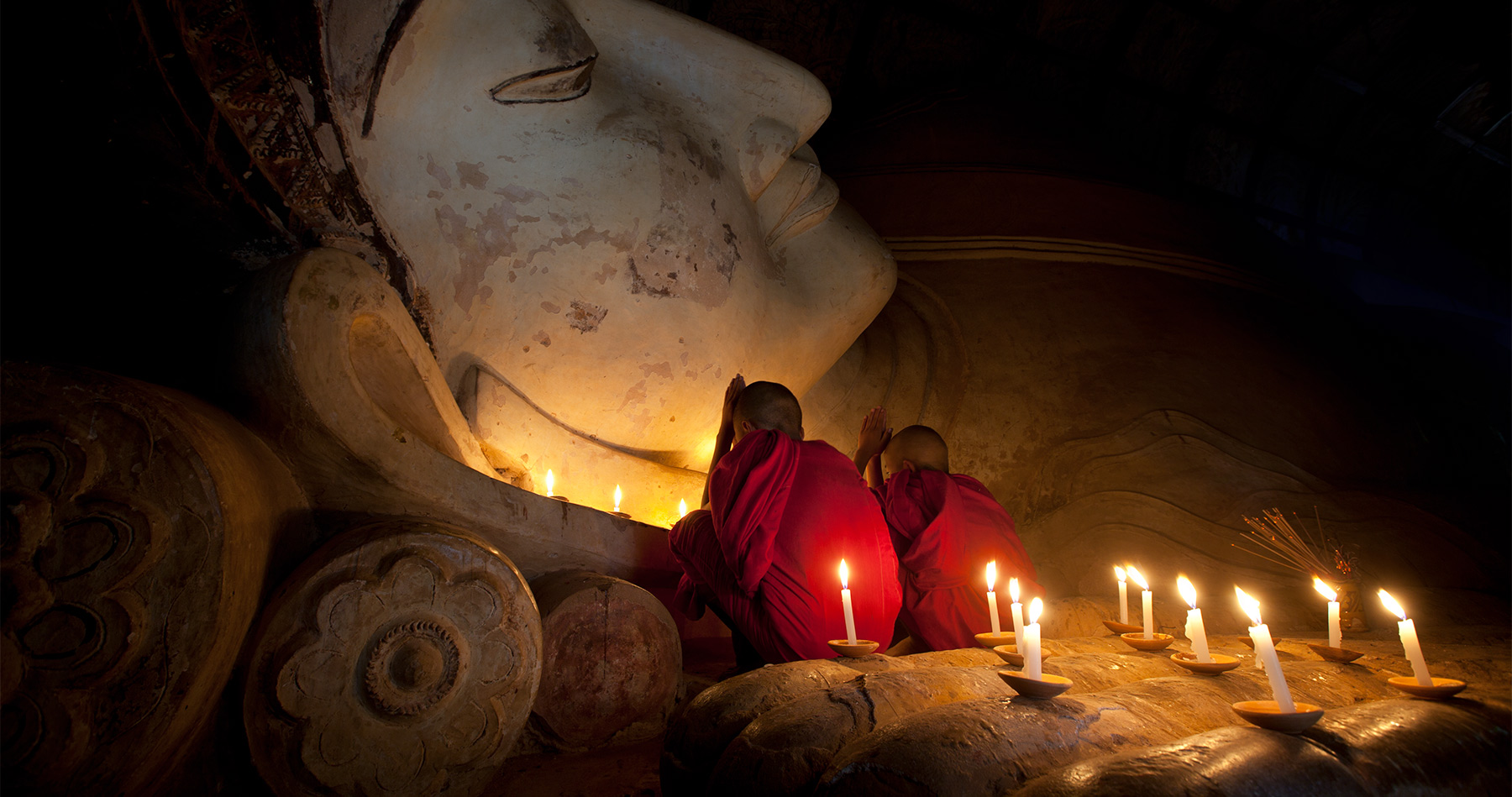 bagan_burma_monbks_praying