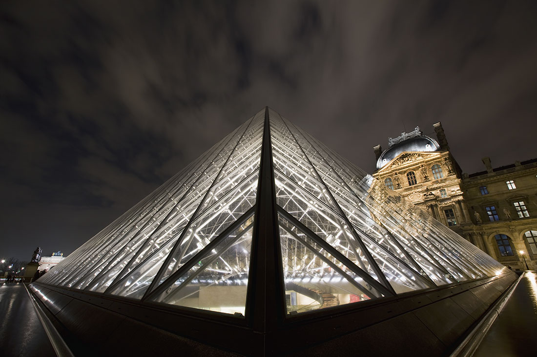 The amazing Louvre after dark