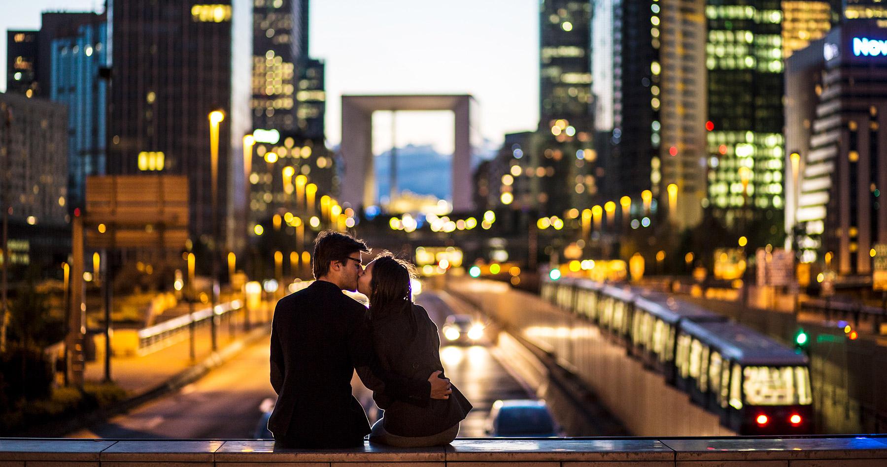 kissing_couple_la_defense_paris_101